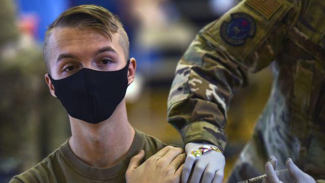 Un soldat des Etats-Unis se faisant vacciner en février 2021. [Anthony Nelson Jr - Department of Defense via AP/keystone]