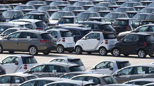 La vente de voitures neuves a chuté de 23% en Europe en un an. [AP Photo/Luca Van Brantegem - Keystone]