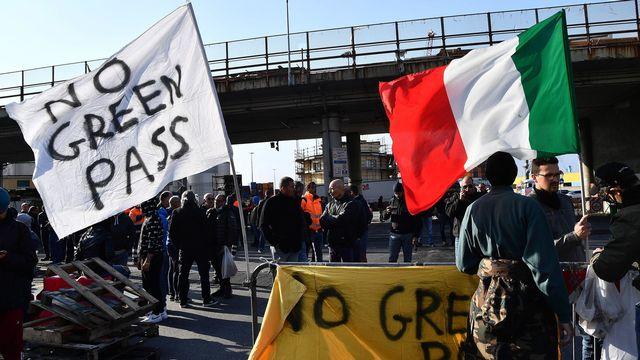 Des barrages sont dressés par les opposants au pass sanitaire en Italie. [EPA/Luca Zennaro - Keystone]