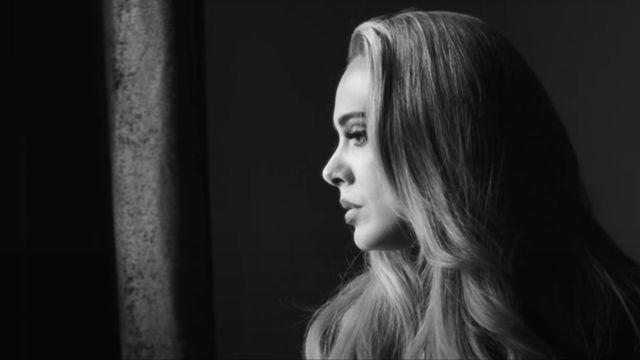 """Adele sort vendredi son single """"Easy on me"""". C'est un titre qui porte la marque de la diva de la pop, avant la sortie le 19 novembre de son très attendu album """"30"""", le premier en six ans. [ADELE, CLIP """"EASY ON ME"""" - YOUTUBE]"""