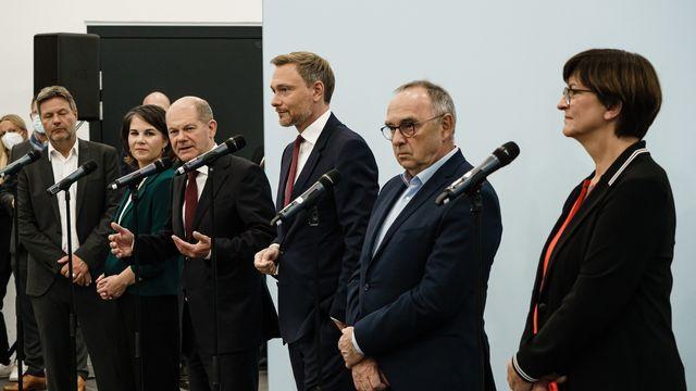 Les représentants des trois partis, le 15 octobre, lors de l'annonce d'un accord préliminaire de coalition.  [CLEMENS BILAN - KEYSTONE]