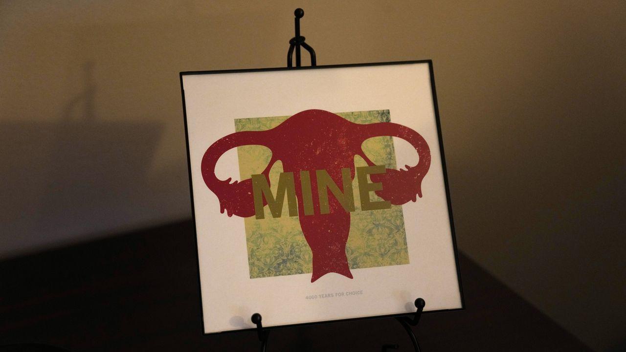 """Une image qui représente le système reproductif féminin arborant le mot """"Mine"""" est exposée dans une clinique à Shreveport, en Louisiane. [Rebecca Blackwell / AP Photo - KEYSTONE]"""