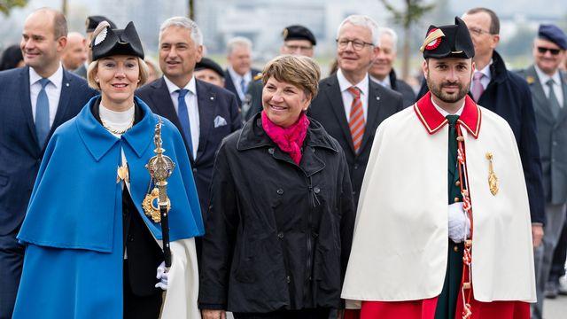 La conseillère fédérale Viola Amherd participe à un défilé à l'occasion de la Fête fédérale de tir, le 16 octobre 2021.  [Philipp Schmidli - KEYSTONE]