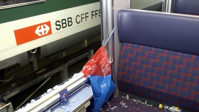 La fenêtre d'un wagon CFF brisée par des supporters du FC Bâle en 2004. [MARKUS STUECKLIN - Keystone]