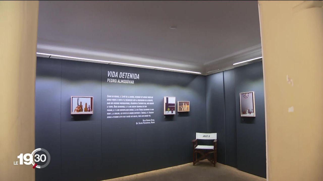 Le réalisateur espagnol Pedro Almodovar expose son oeuvre photographique à la Maison du Diable, à Sion. [RTS]