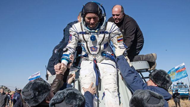 Le cosmonaute de Roscosmos Oleg Novitski après l'atterrissage du vaisseau Soyouz MS-18 envoyée dans l'espace pour y tourner le premier film dans l'espace. [Sergei Savostyanov / POOL / Sputnik - AFP]