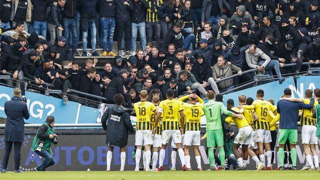 Le bas du secteur visiteur s'est effondré lorsque les joueurs sont venus saluer leurs supporters. [Vincent Jannink - Keystone]