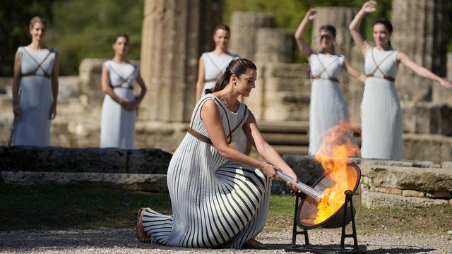 La flamme olympique a été allumée sur l'antique site grec d'Olympie. [AP Photo/Thanassis Stavrakis - Keystone]
