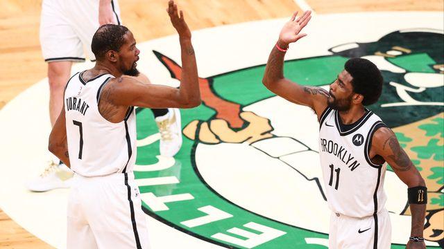 Kevin Durant (gauche) et Kyrie Irving (droite) tenteront de mener les Brooklyn Nets au titre suprême. [Adam Glanzman - AFP]
