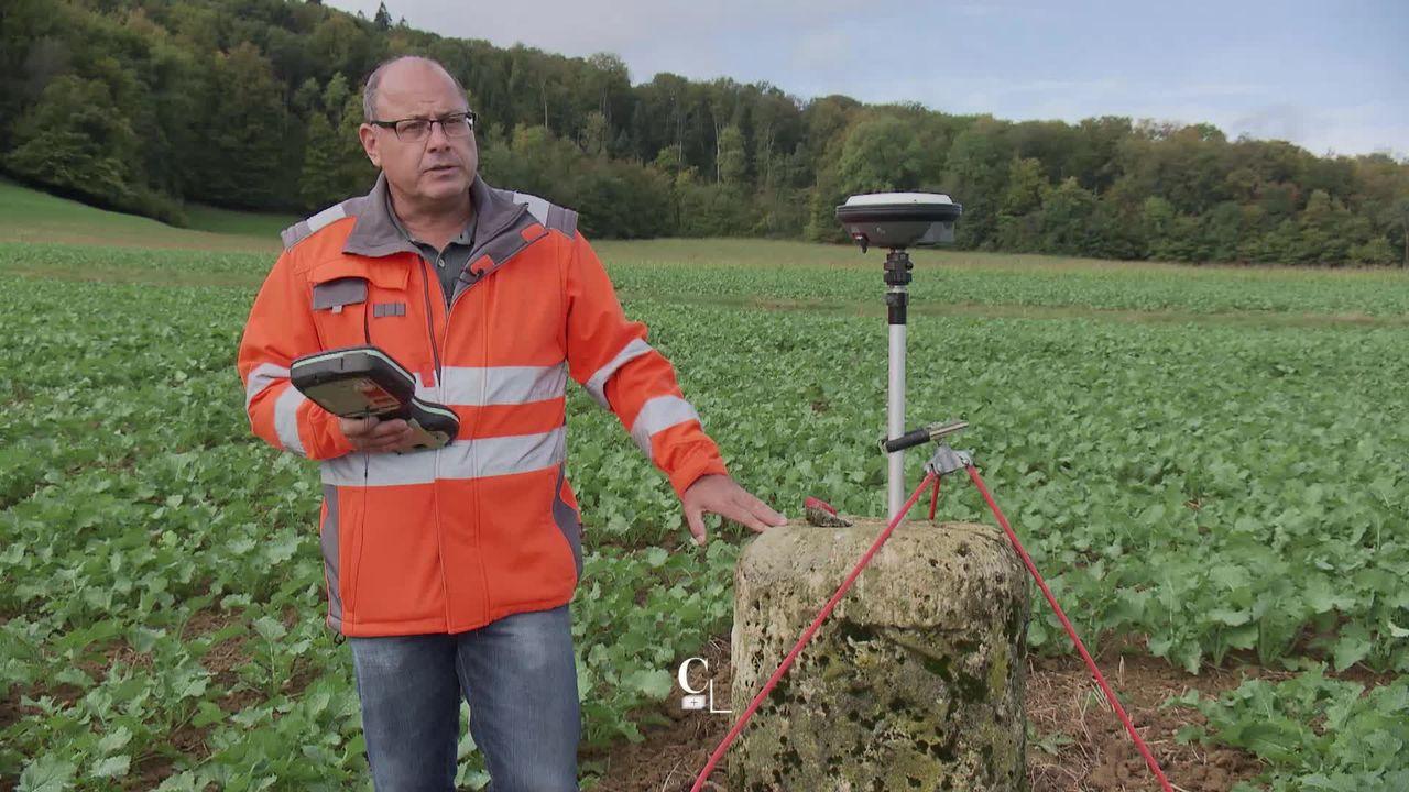 En sa qualité de préposé à la frontière suisse, le Biennois Alain Wicht a le pouvoir de modifier les frontières helvétiques. Reportage sur le terrain [RTS]