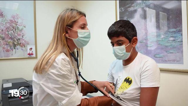 Israël connaît un nombre croissant d'enfants sujets aux symptômes du Covid long. Visant à y remédier, la vaccination des enfants ne fait pas l'unanimité [RTS]