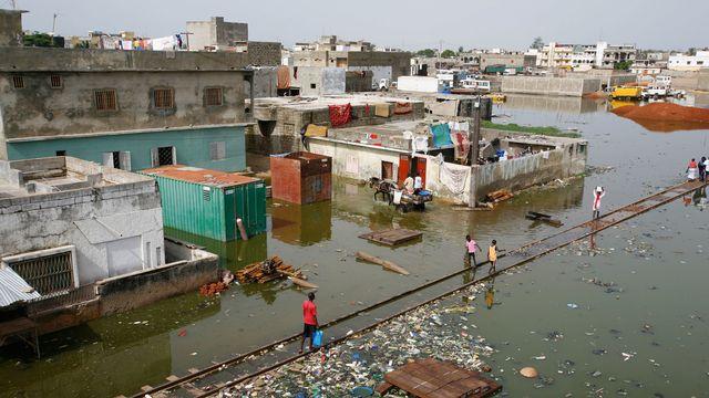 Une inondation dans la ville de Thiaroye-sur-Mer, au Senegal. [Rebecca Blackwell - AP Photo]