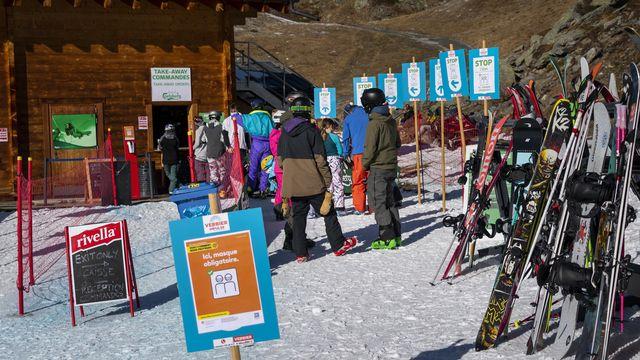 L'Association des remontées mécaniques ne prévoit pas d'exiger un pass sanitaire pour permettre aux skieurs d'accéder aux pistes. Elle souhaite débuter la saison d'hiver avec les mêmes règles que celles des transports publics, indique-t-elle dans un communiqué. [JEAN-CHRISTOPHE BOTT - KEYSTONE]
