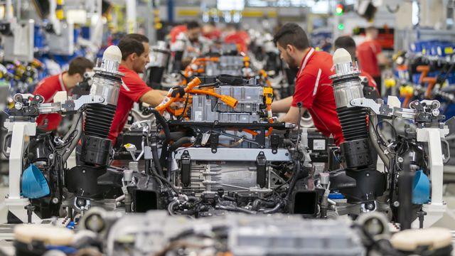 Les constructeurs automobiles redoutent une pénurie de magnésium, composant essentiel pour la fabrication de plaques métalliques. [Ronald Wittek / EPA - Keystone]
