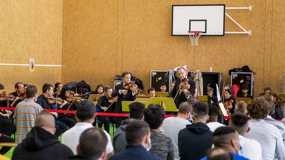 Renaud Capuçon et Gérard Causse avec l'Orchestre de chambre de Lausanne jouent Mozart à la prison de la Croisée à Orbe (VD), le 20 octobre 2021. [Jean-Christophe Bott - KEYSTONE]