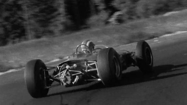 Le pilote automobile suisse Jo Siffert au volant de sa Brabham sur le circuit de Lignières, 1964. [RTS]