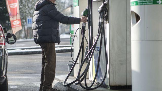 Le prix de l'essence à la pompe a énormément augmenté, y compris en Suisse. [Christian Beutler - Keystone]