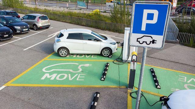 Des voitures électriques sur des bornes à Bernex (GE). [Salvatore Di Nolfi - Keystone]