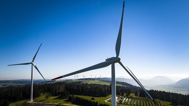 Des éoliennes installées au Mont-Soleil, près de Saint-Imier (BE). [Valentin Flauraud - Keystone]