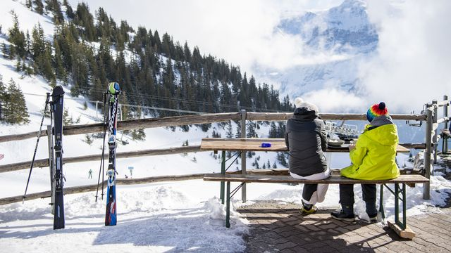 Des skieurs sur la terrasse du restaurant d'une station de ski à Obwald. [Urs Flueeler - KEYSTONE]