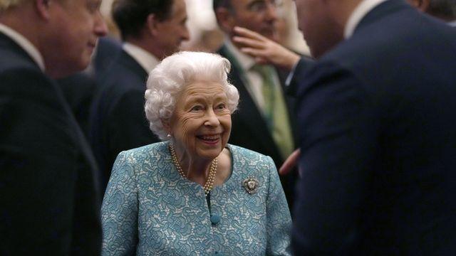 La reine Elizabeth II photographiée mardi avec le premier ministre britannique Boris Johnson lors d'une réception au château de Windsor. [Alastair Grant - Keystone]