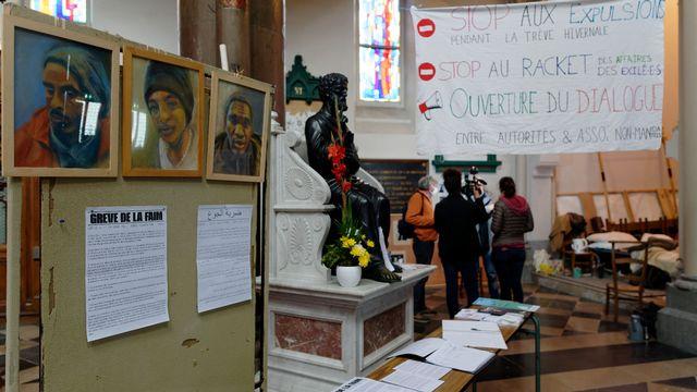 Le père Philippe Demeestere a installé son piquet de grève de la faim dans l'église Saint-Pierre de Calais. [Sylvain Lefevre - AFP]