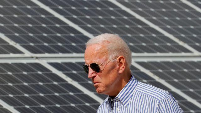 L'actuel président des Etats-Unis Joe Biden marchait au milieu des panneaux solaires en 2019 dans le New Hampshire. [Brian Snyder - Reuters]