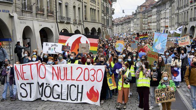 Des milliers de personnes ont manifesté le vendredi 22 octobre 2021 à Berne pour le climat. [Anthony Anex - Keystone]