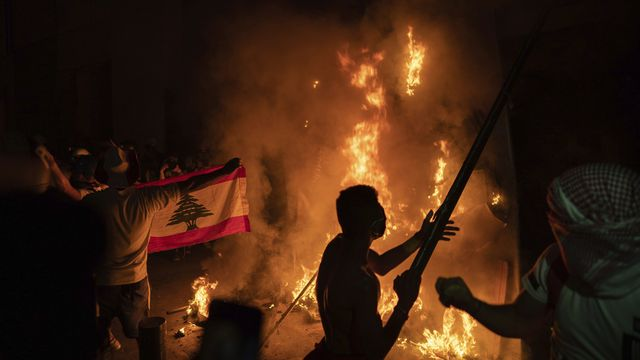Des manifestants brûlent une barricade à proximité du bâtiment du parlement libanais, le 11 août 2020. [Felipe Dana - AP Photo]