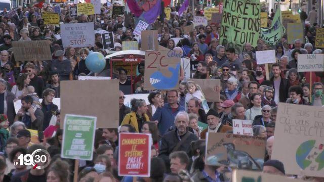 La grève contre le climat mobilise des milliers de personnes à travers la Suisse [RTS]