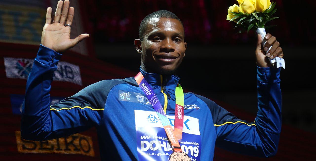 Alex Quiñonez avec sa médaille de bronze aux Mondiaux de Doha, en 2019. [IBRAHEEM AL OMARI - Reuters]