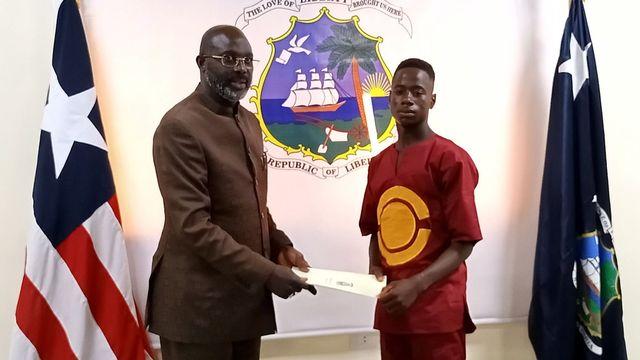 George Weah et Emmanuel Tuloe lors de la cérémonie au palais présidentiel libérien. [EPA/Presidential Press Office - Keystone]