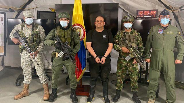 """Le numéro un du """"Clan del Goflo"""" Dairo Antonio Usuga David, alias 'Otoniel', après sa capture à Carepa, en Colombie, le 23 octobre 2021. [Source officielle - Keystone]"""