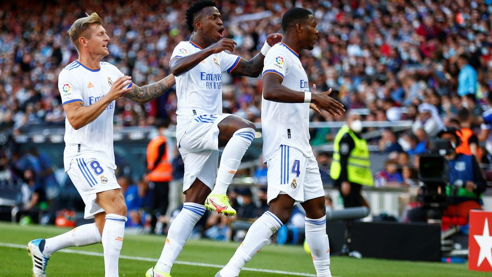 David Alaba (droite) a inscrit son premier but sous la tunique du Real Madrid. [EPA/Enric Fontcuberta - Keystone]